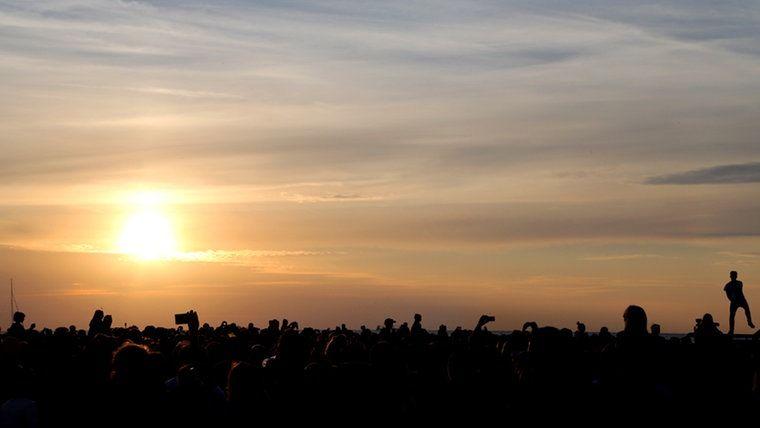Mark Foster tanzt im Sonneuntergang in Warnemünde