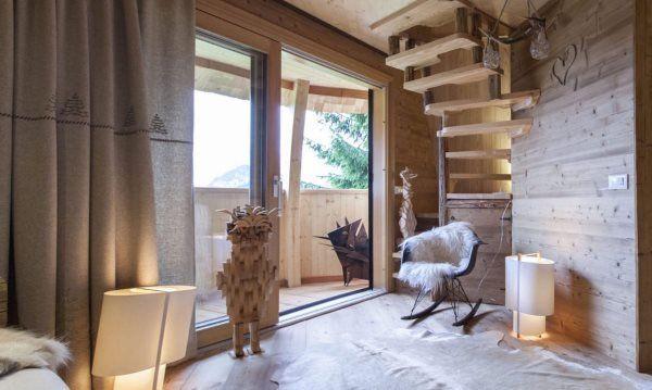 Pigna, la casa sull'albero a forma di uovo nel cuore delle Alpi