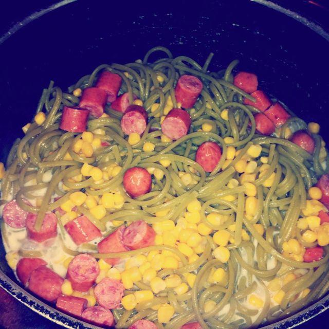 Pasta de espinacas con maíz tierno y salchichas rancheras.