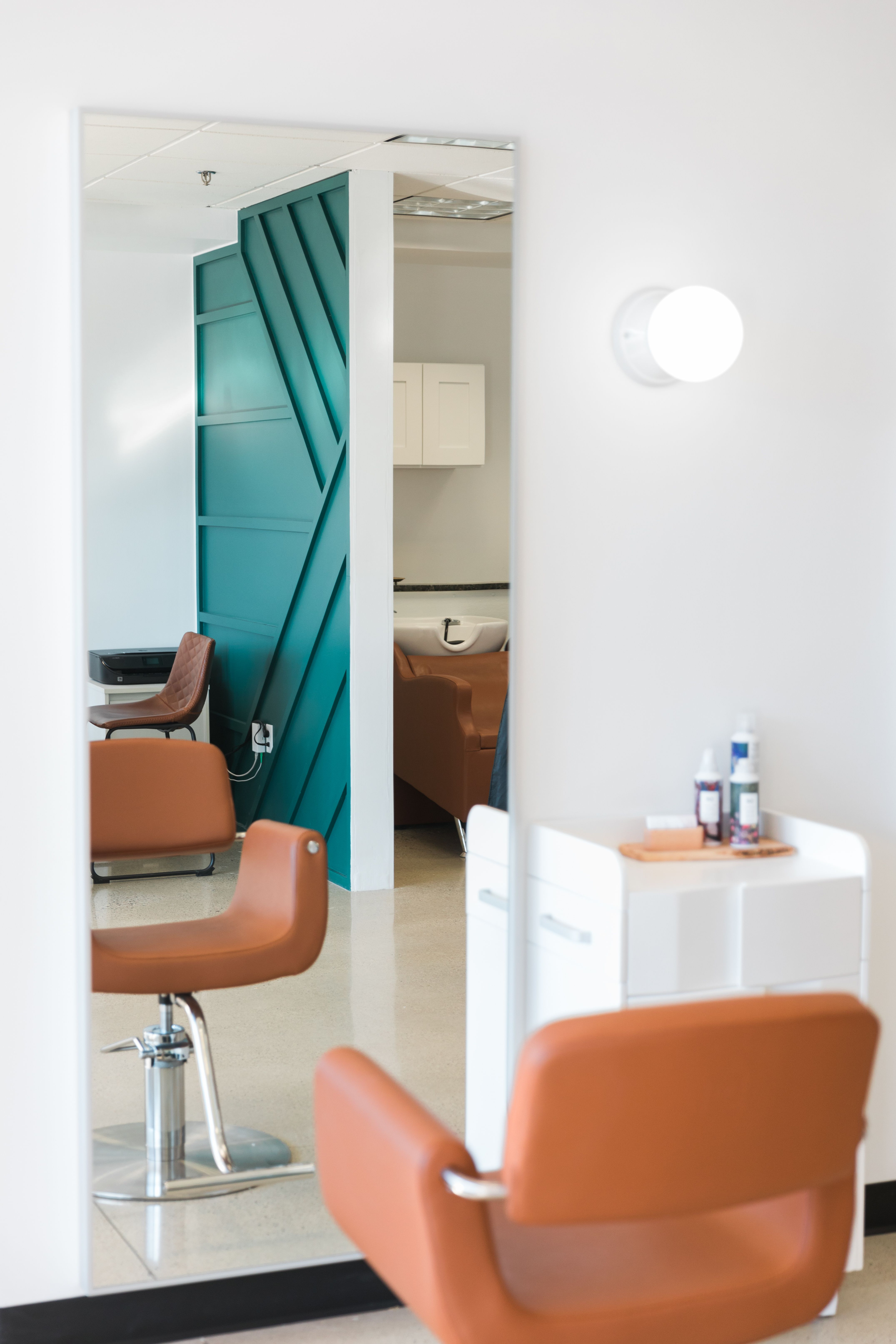 We love crisp lines + relaxing vibes #focalwall #salondecor