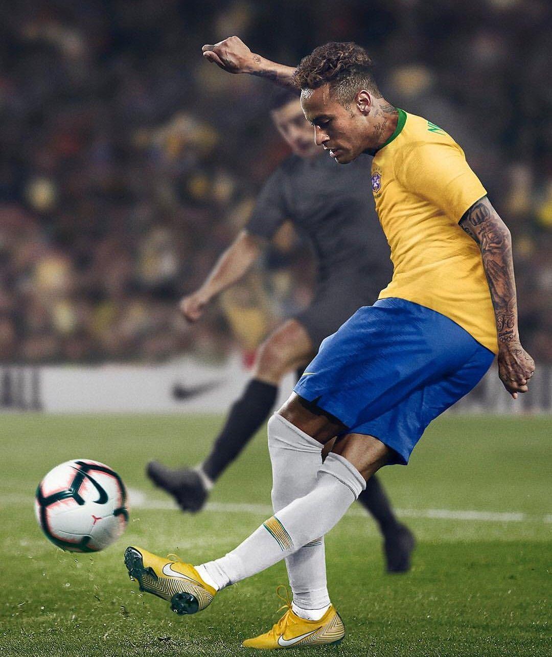 No meio do jogo, Neymar troca chuteira feita pela Nike