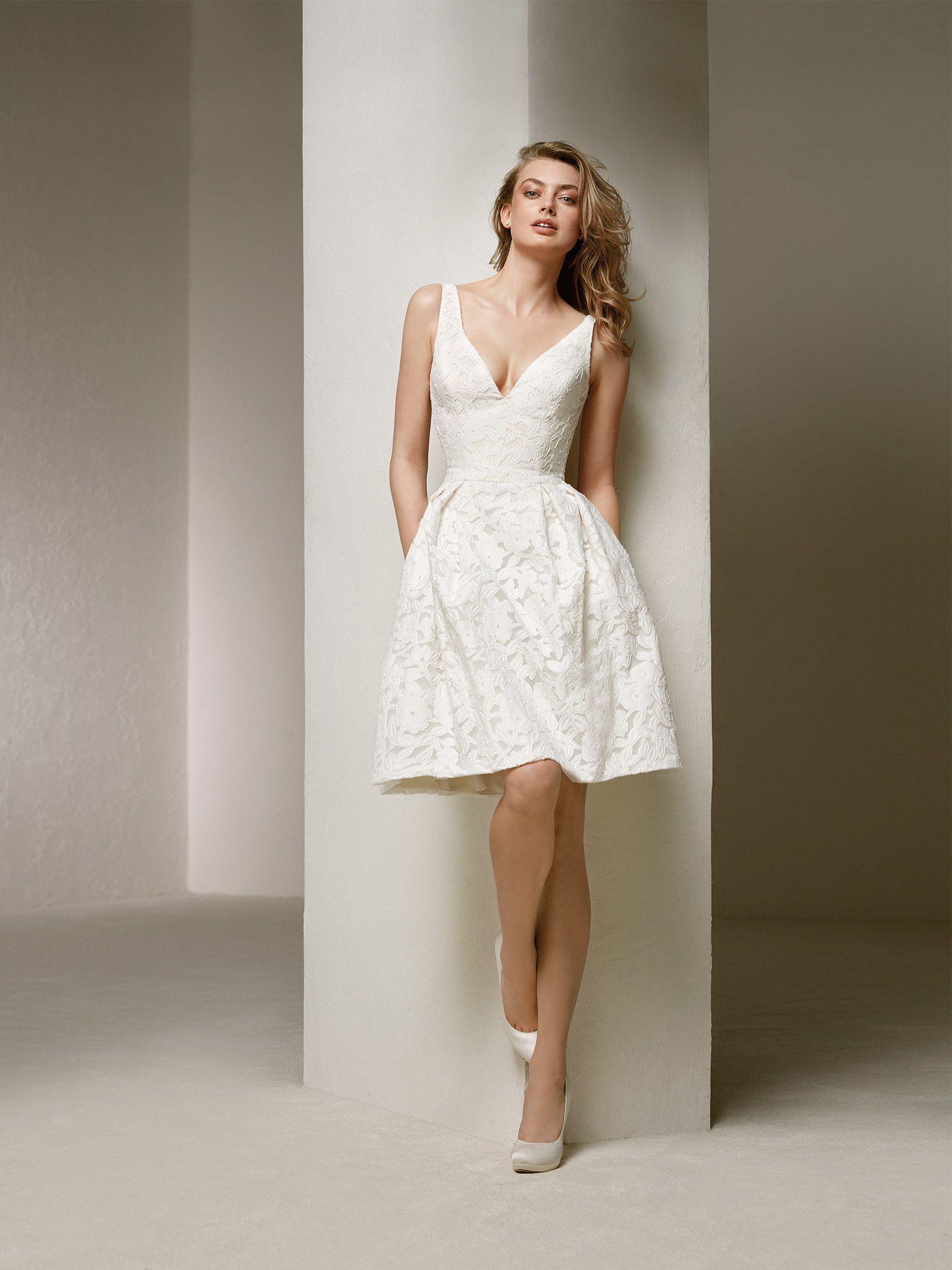 Kurzes, jugendliches Brautkleid mit anliegendem Oberteil und ...