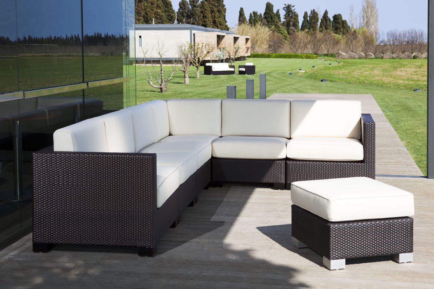 Te presento distintos muebles de exterior (mesas, sofás, tumbonas ...