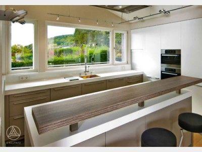 Küche mit Fensterfront über eine komplette Seite des Raumes wirkt - offene kche mit theke