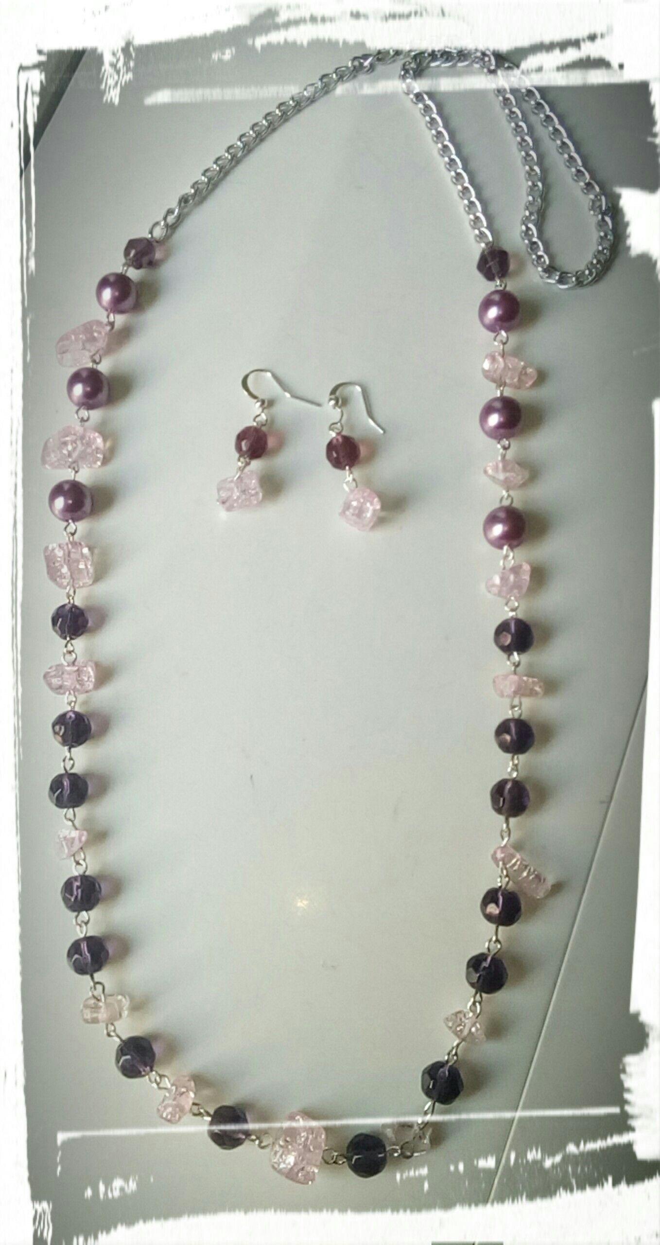 Bello collar enbcadena con perlas, cristales y piedra picada en color morado