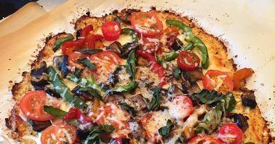 Für alle Pizza-Lovers: Low-Carb-Pizza zum Selbermachen: So einfach geht's.