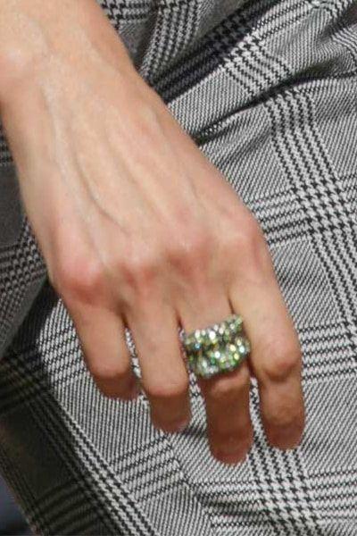Statement ring with green stones Kuninkaalliset Pinterest