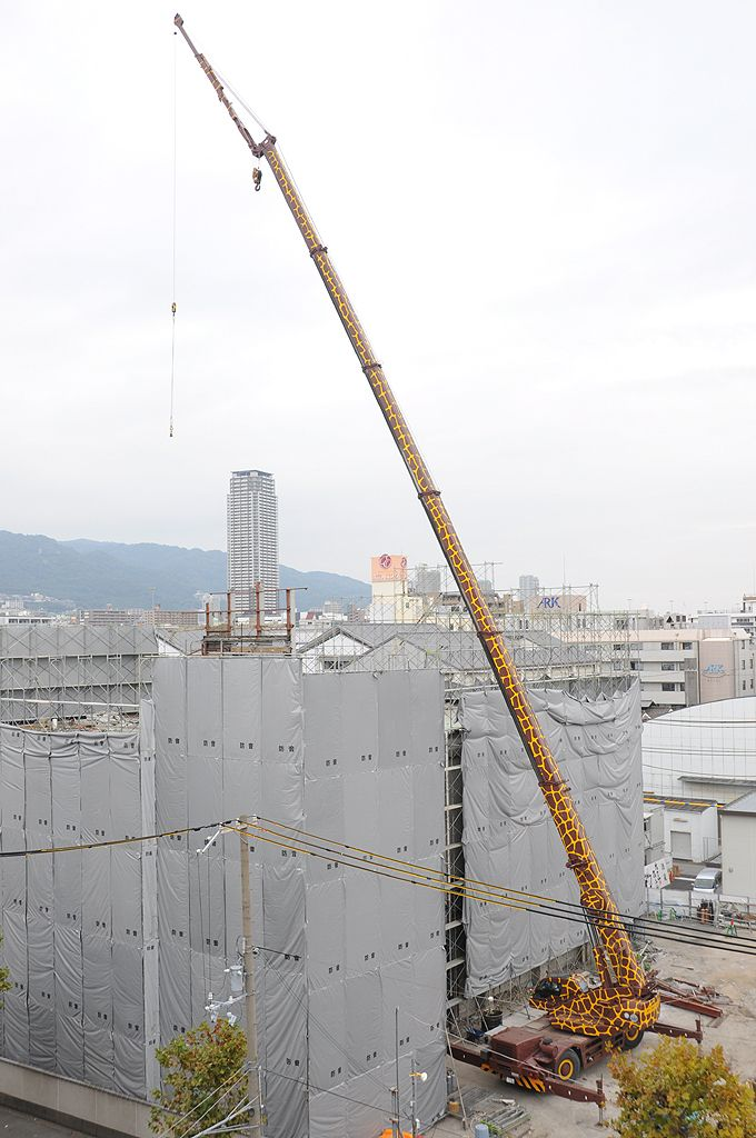 Mobile ( Giraffe ) crane in action