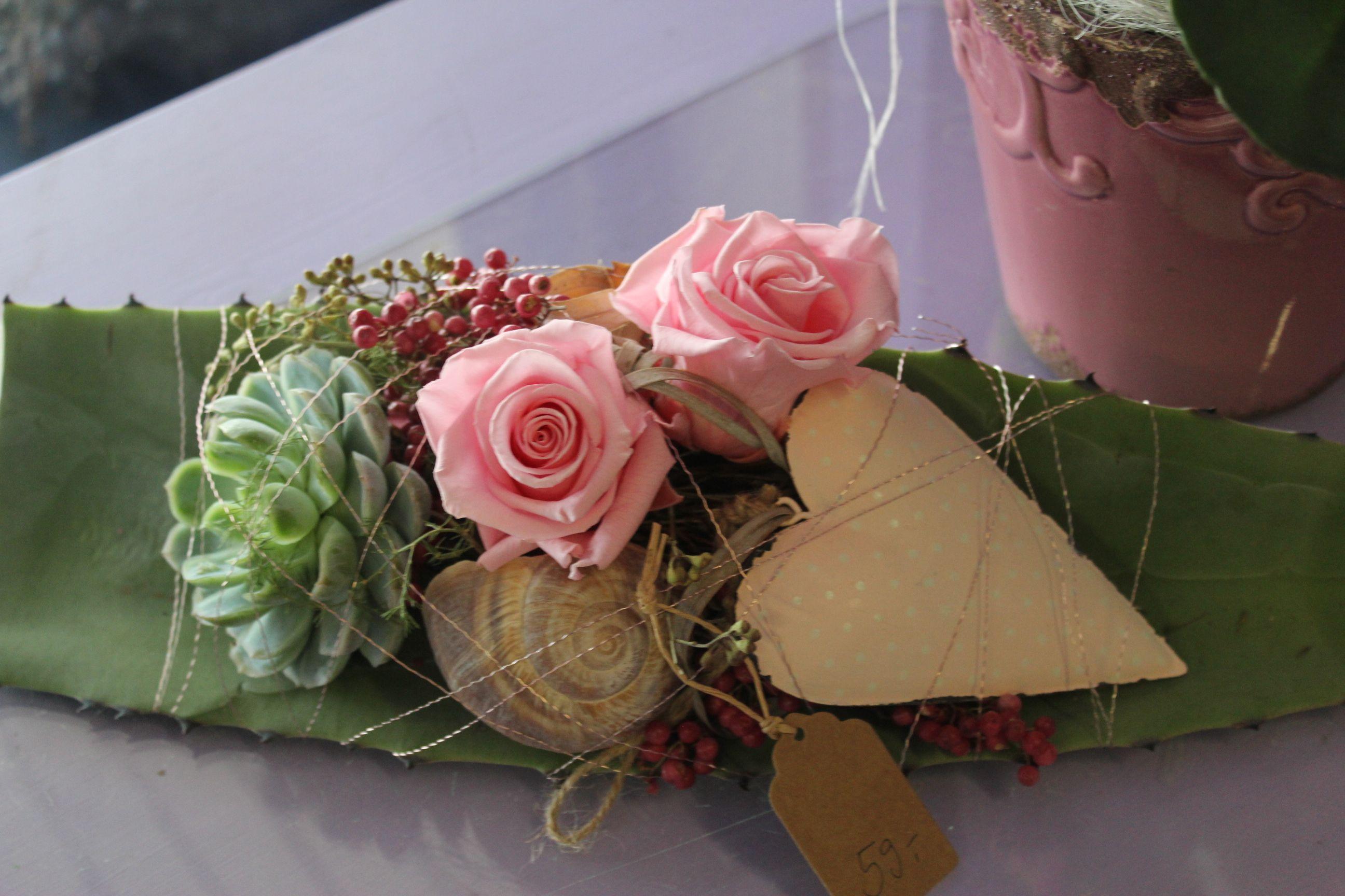 Langhaltbare Tischdekoration mit gefrieregtrockneten Rosen auf