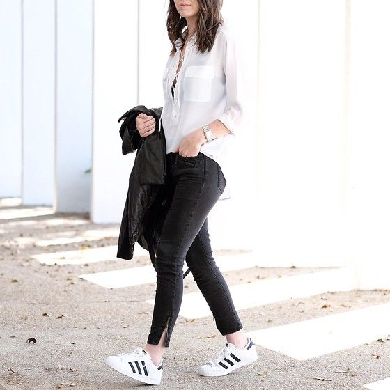 outfit con adidas bianche