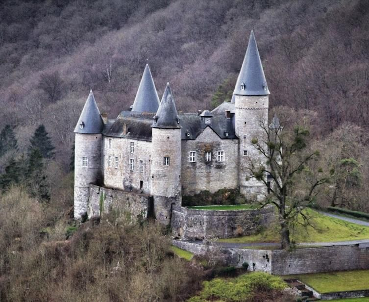 Veves Castles In Belgium Was Built In 1410 On The Top Of A Rock Formation The Castle Is The Property Of The Counts Of Lied Castle Castle House Medieval Castle