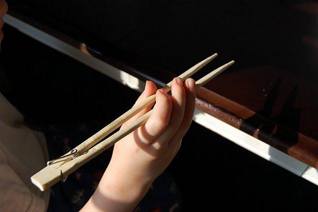 Pinza y palillos chinos