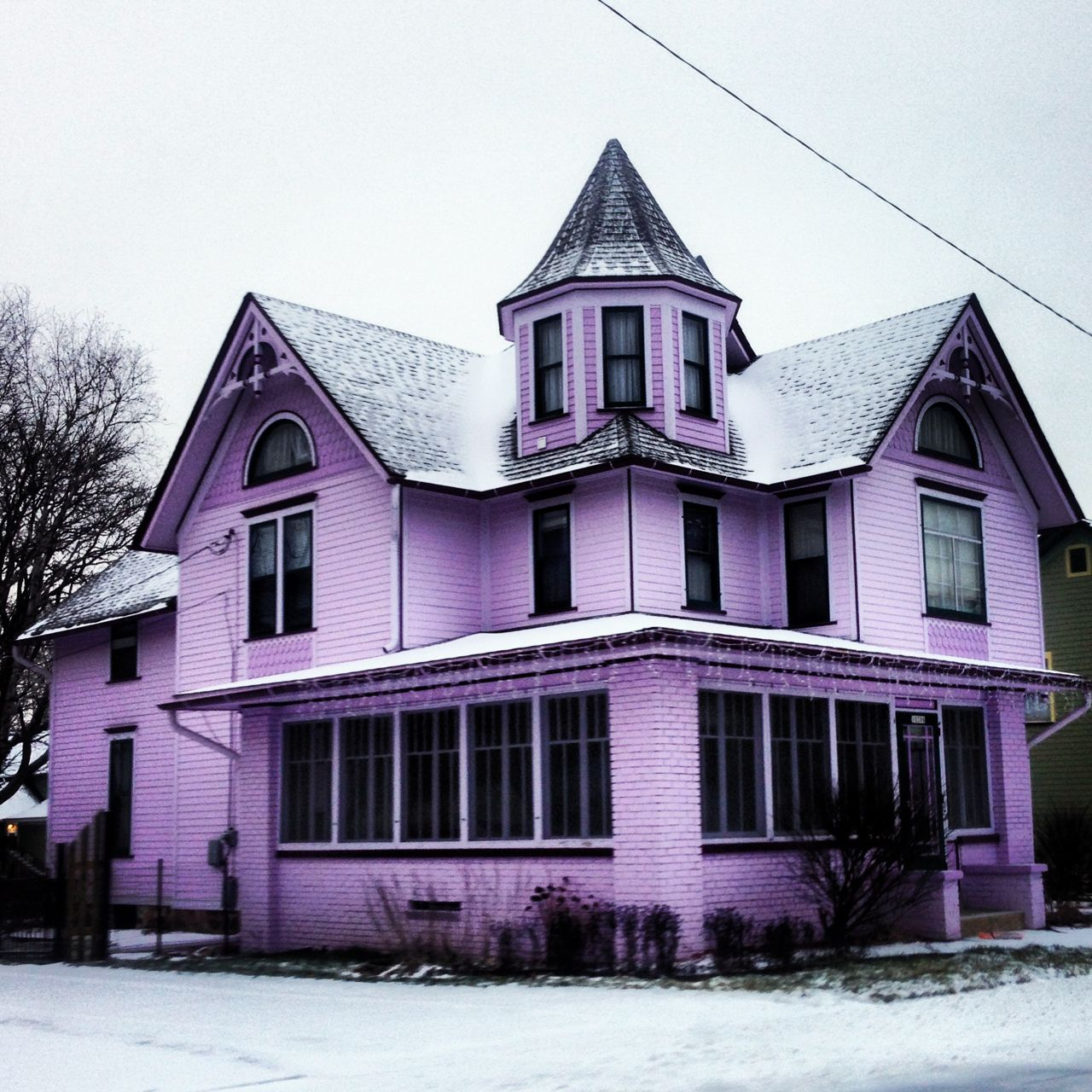 This purple Victorian house is trs quaint! A nice find somewhere in  Illinois.