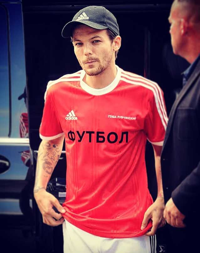 d476c3bb36a Louis Tomlinson looked like he just stepped out in random a football shirt  and sweatpants but the 25 year-old One Direction singer