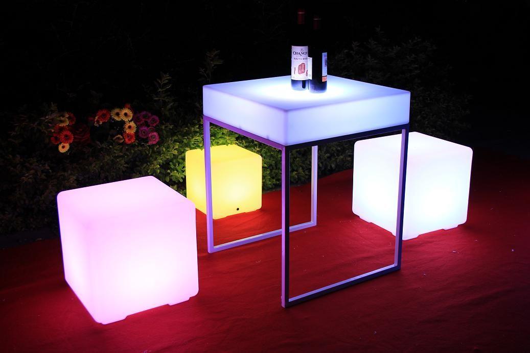189e LED-valokuutioita voit käyttää maassa, terassin reunalla, istuimina ja pöytien päällä
