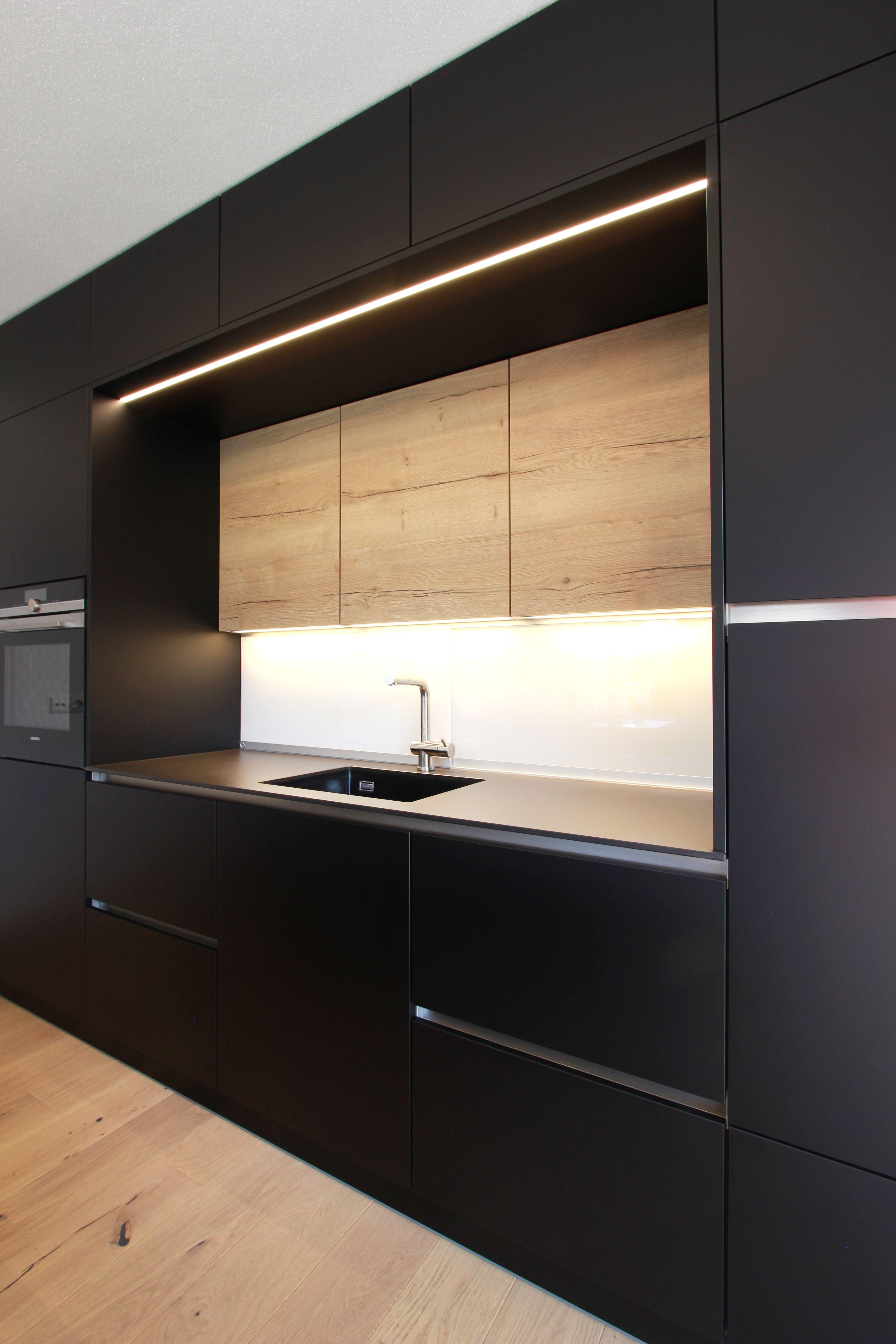 Schwarze Grifflose Moderne Kuche Mit Eingefraster Led Beleuchtung Und Keramikarbeitsplatte Kuche Schwarz Kuchendesign Modern Style At Home