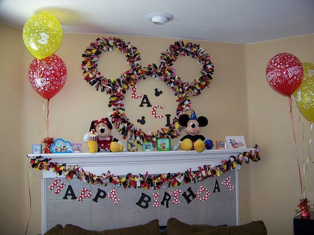 Micky Mouse ears fabric wreath. TONS of awesome mickey mouse party ideas!
