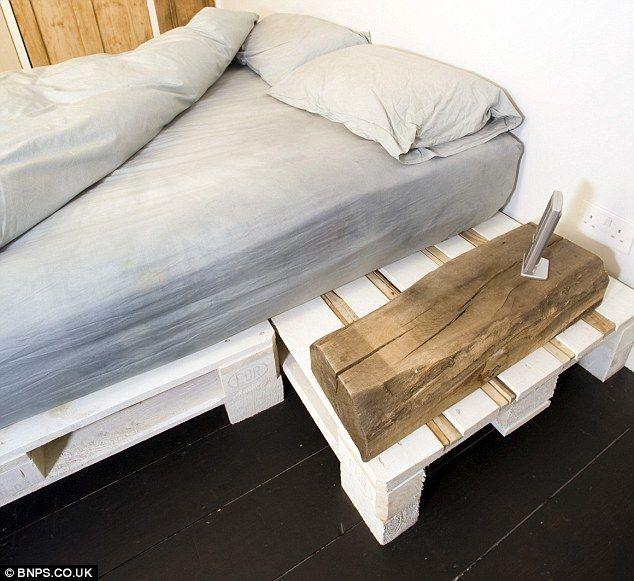 """Pallet-poder: La cama ha sido cuidadosamente hecha con cajas de madera pintadas. La pareja se llaman """"upcycling 'su técnica - de tomar los p..."""