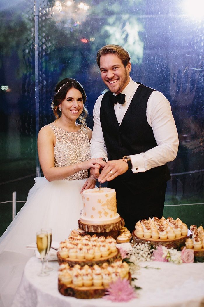 Bride and groom cutting the wedding cake   Fab Mood