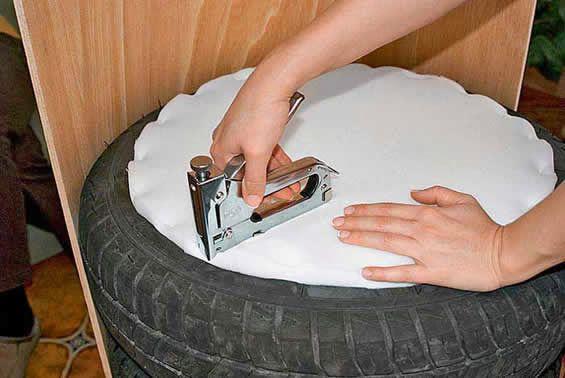 Cadeira de Pneus com Encosto  Recicle e Poupe! is part of Tyres recycle - Como Fazer Cadeira ou Poltrona de Pneus  Quer Fazer Uma Lindo Puff com Encosto Especial, com Artesanato e Reciclagem de Pneus de Carro  Veja Aqui!