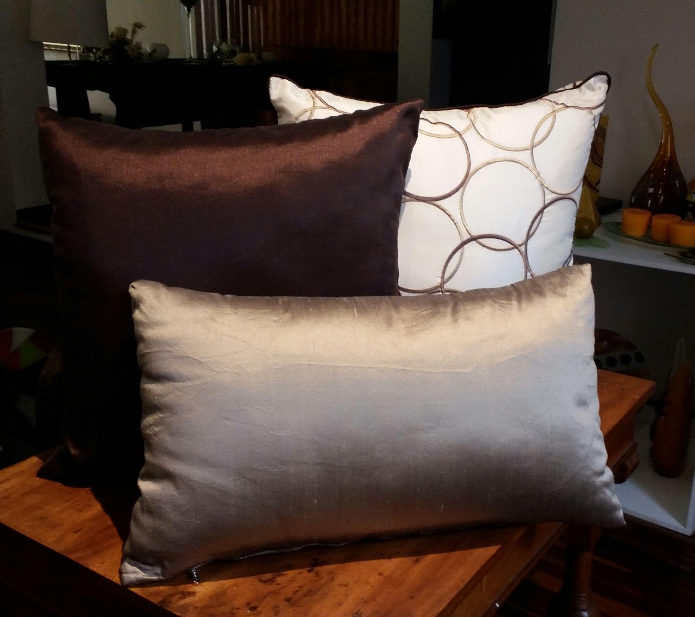 El color marr n es uno de los m s vers tiles y favoritos - Cojines decorativos para sofas ...