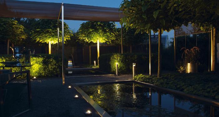 prachtige moderne tuin met sfeervolle verlichting. Black Bedroom Furniture Sets. Home Design Ideas