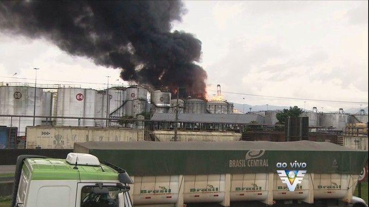 Incêndio permanece em uma área industrial na Baixada Santista