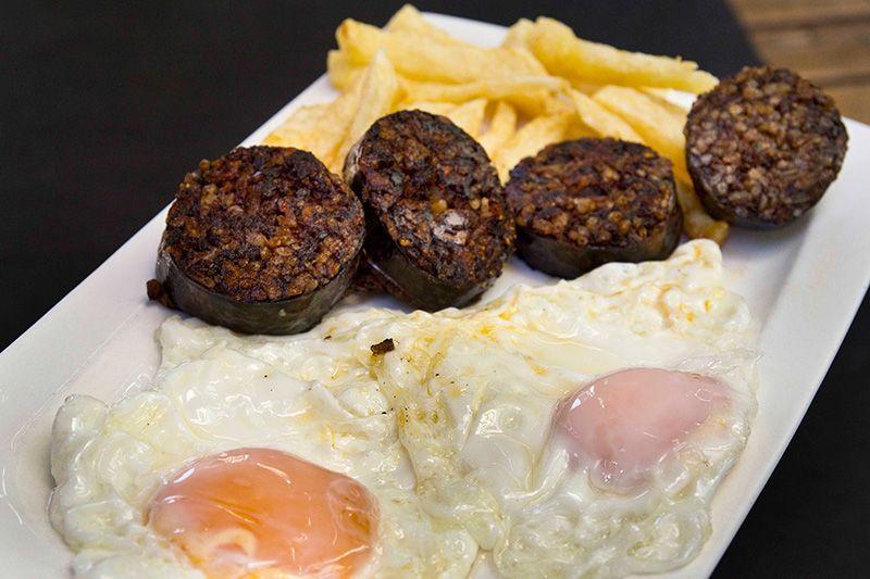 Huevos con morcilla y patatas fritas