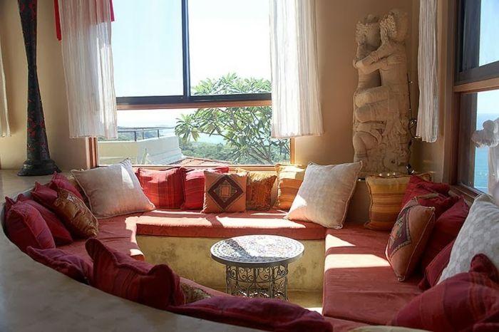 Kaffee-Ecke im Wohnzimmer, Couch in Terrakotta-Farbe mit ovaler Form