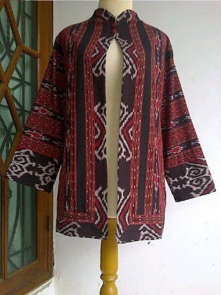 Pin Di Baju Tenun Wanita