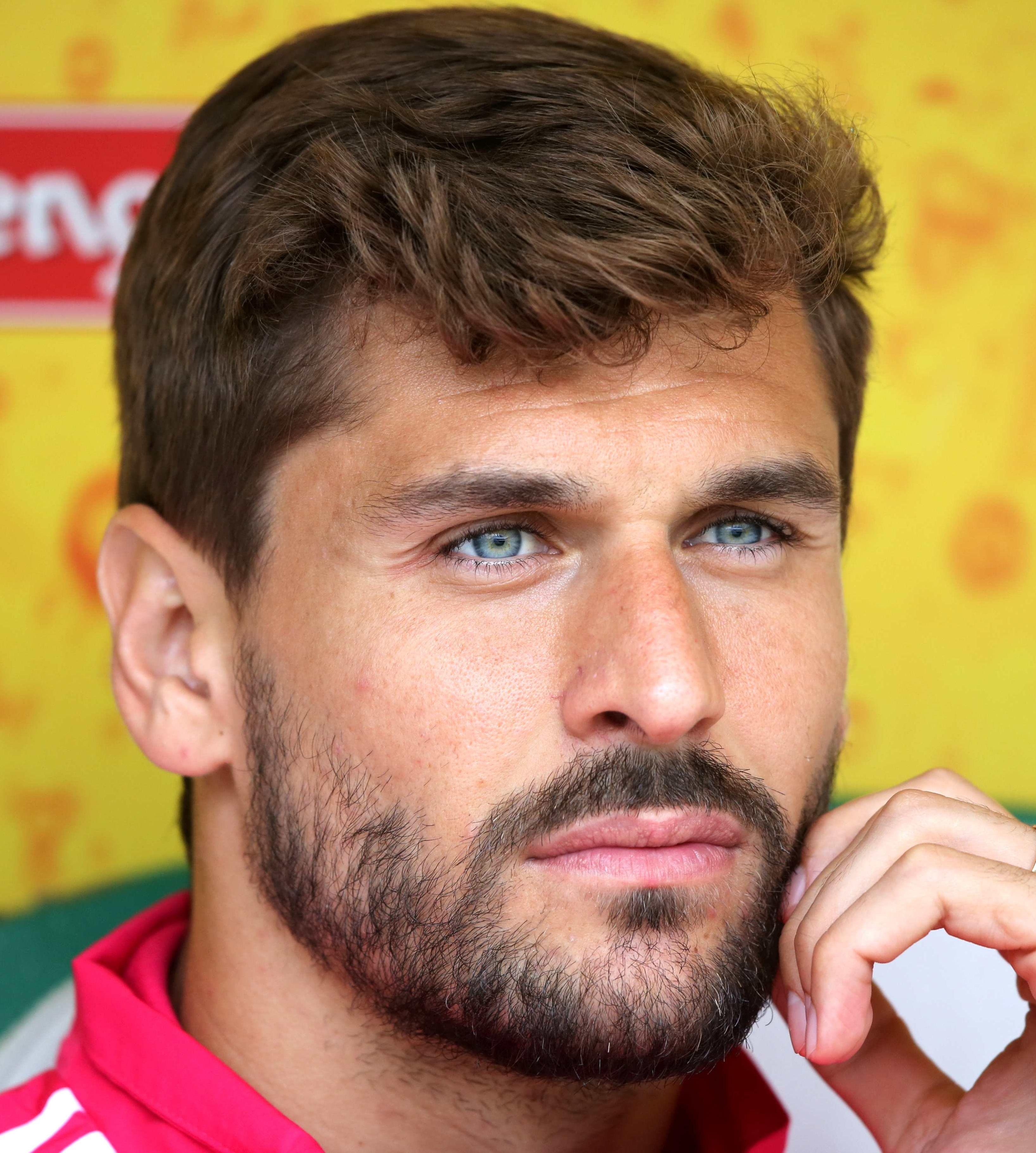 7e59b2d3eb1d84 Fernando Llorente   heart eyes in 2019   Good looking men, Heart ...