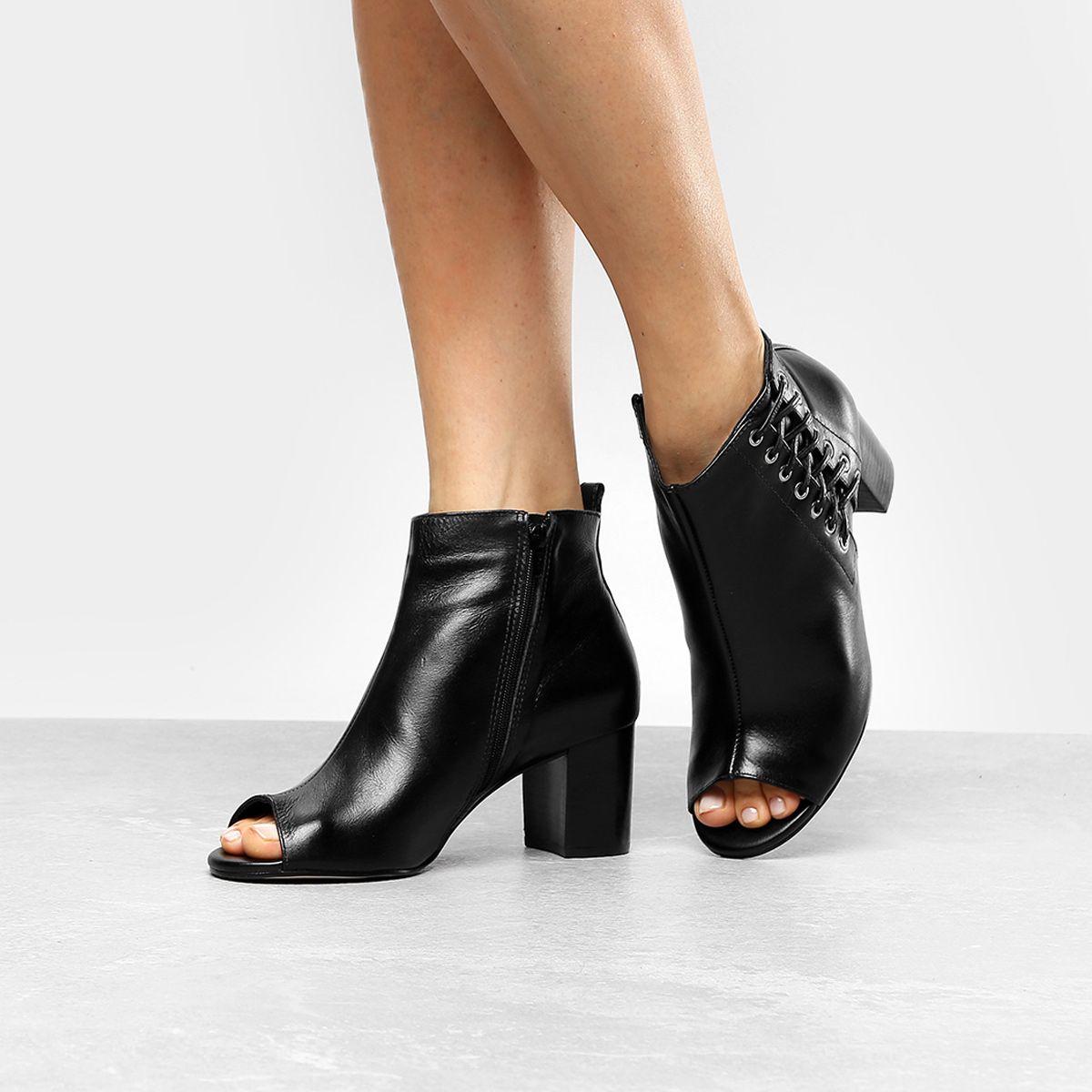8ab54fae9 Ankle Boot Couro Shoestock Salto Grosso Tiras - Preto - Compre Agora |  Zattini
