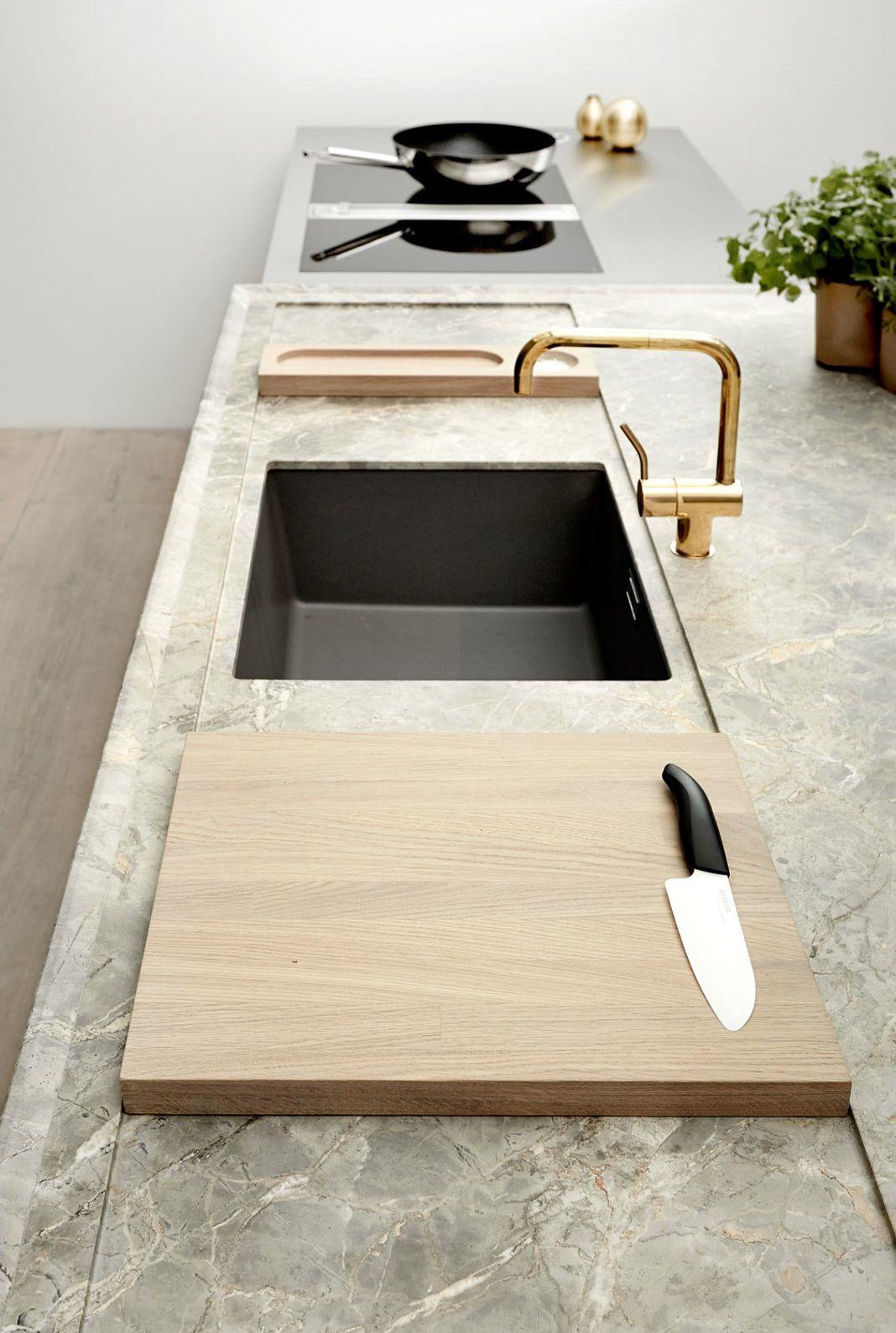 Benkeplaten på kjøkkenøya i Boforms nye Line One-kjøkken, er noe ...