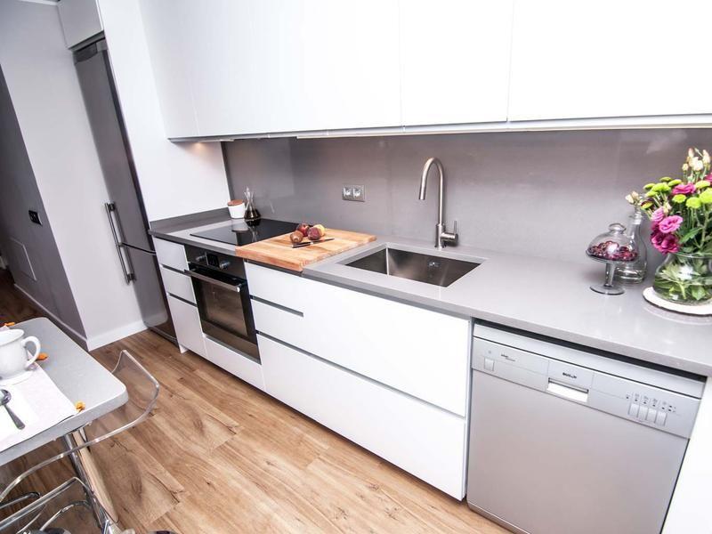 Cocina moderna con encimera negra cocinas abiertas Pinterest