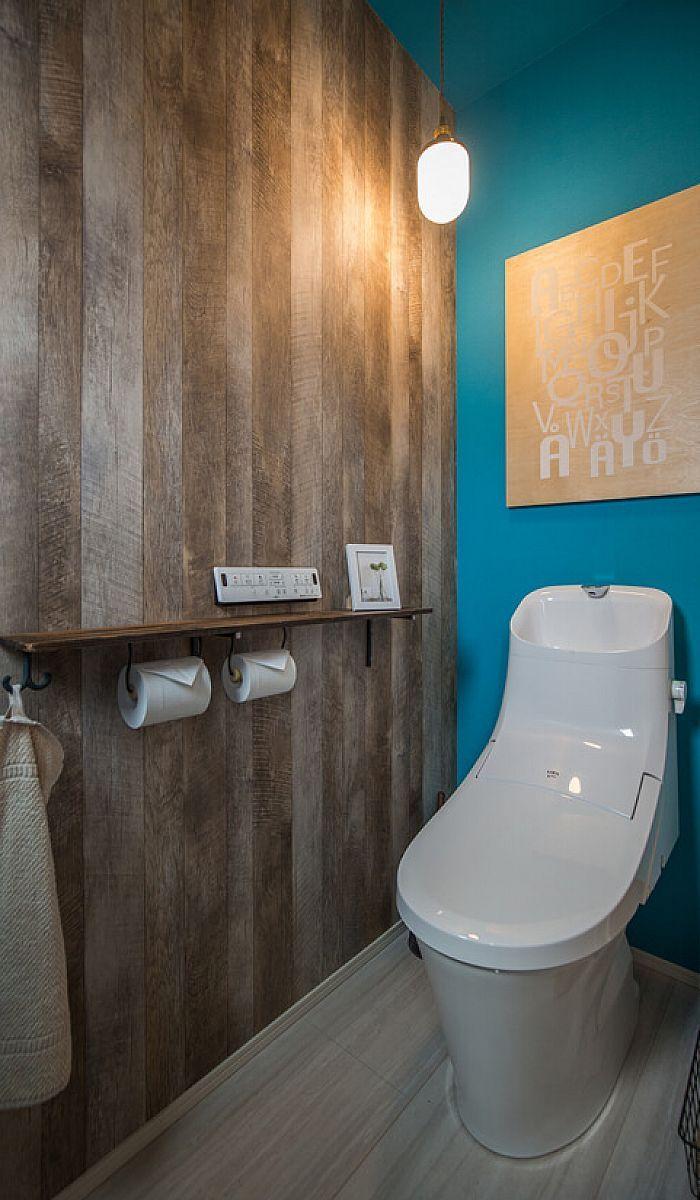 トイレのクロスは鮮やかなマリンブルーと古材風の木目でカリフォルニア