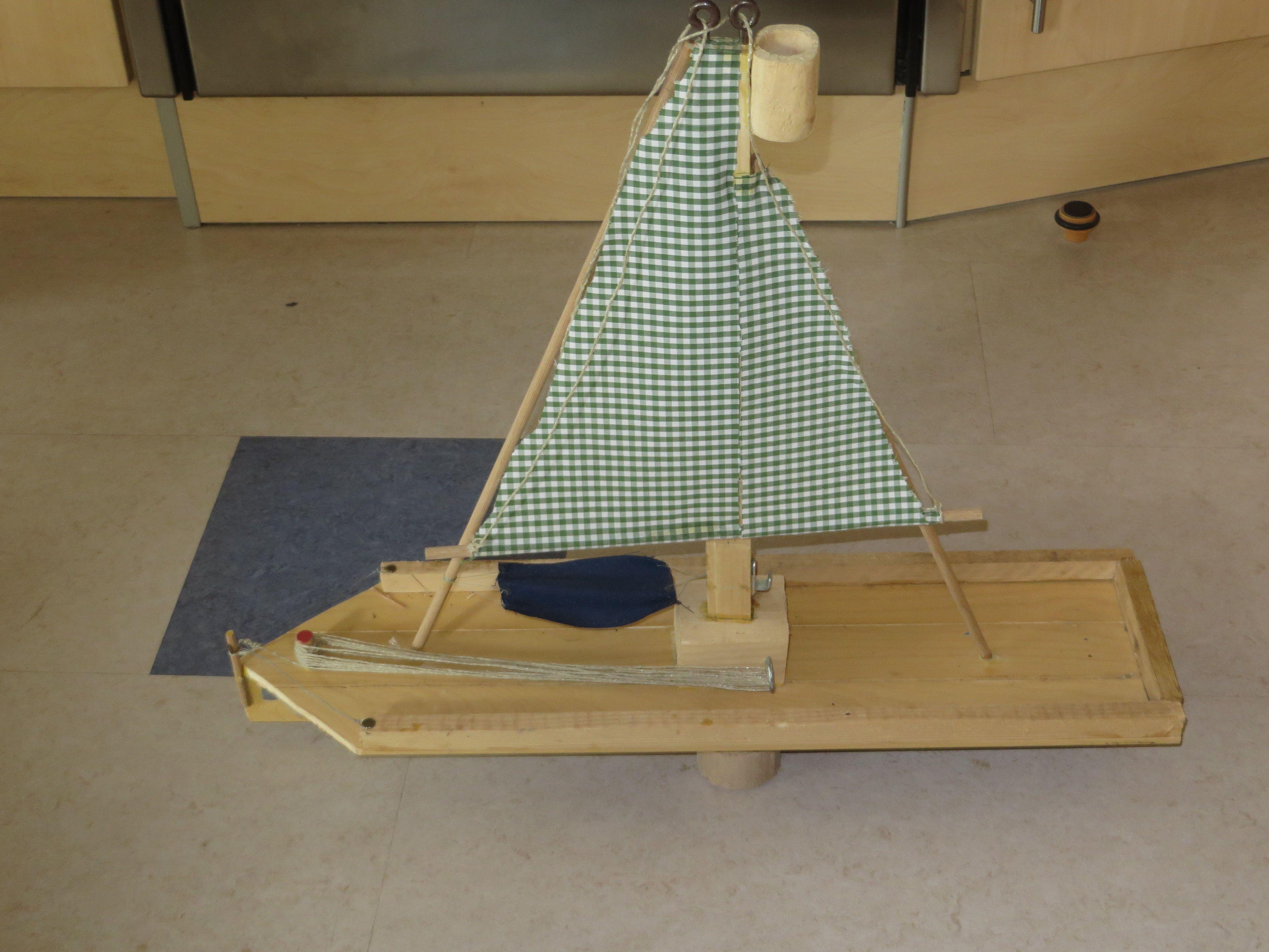 Ein Schiff fast nur aus Holzresten,Stoffresten und ein paar Teile ...