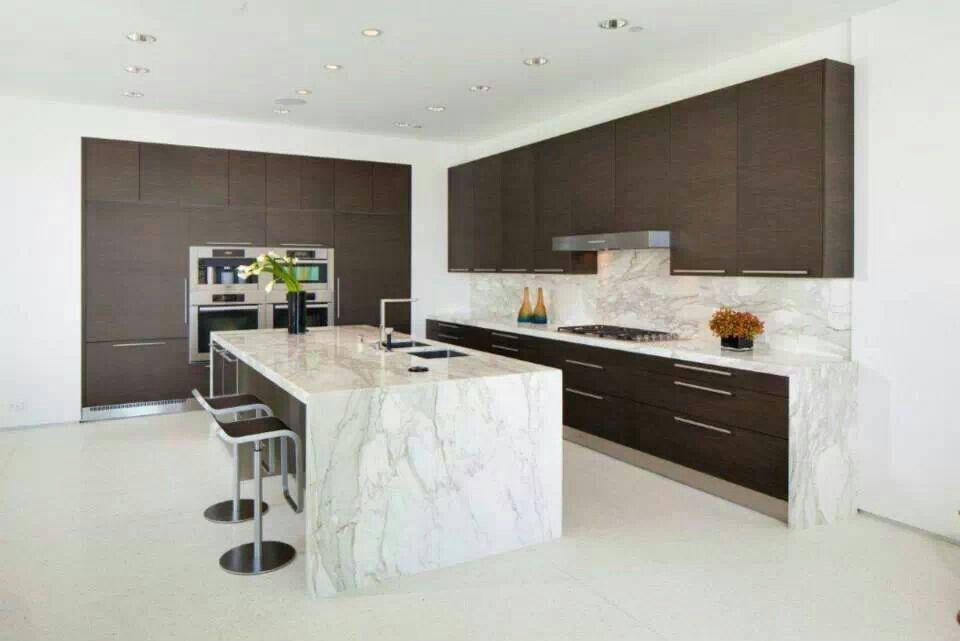 cocina moderna con isla central combinando las puertas en