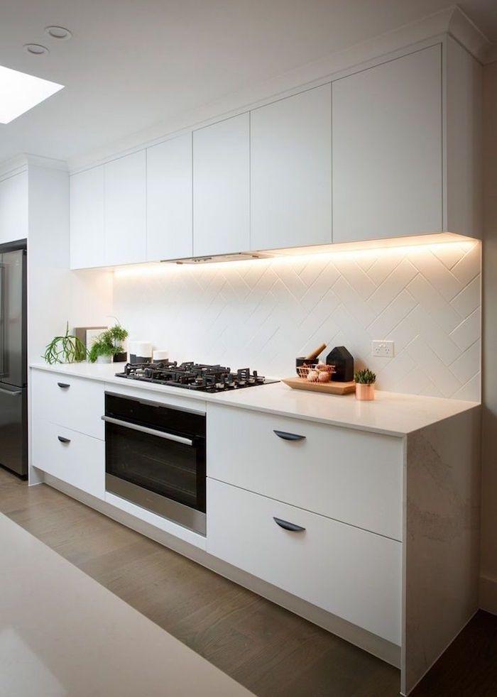 Idée relooking cuisine – carrelage mural blanc mat comme crédence on