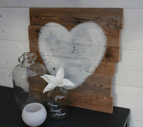 houten bord met wit hart. (oud pallet hout)