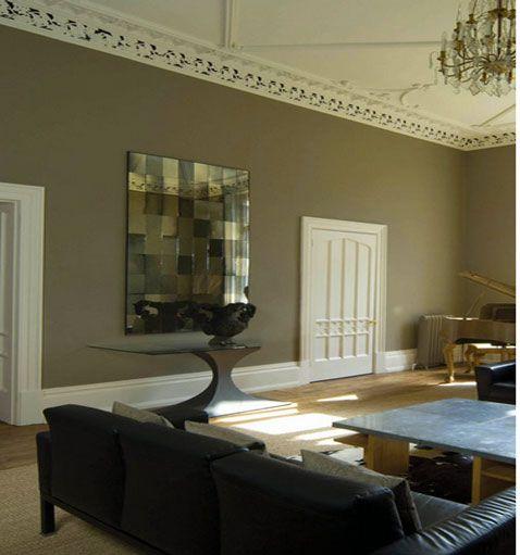 salon-peinture-murale-couleur-taupe-portes-plafond-plinthes ...