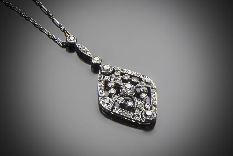 Type de bijou: Pendentif Epoque: Art Déco vers 1930 Origine: Travail français Métal: Platine 950/1000, or 750/1000 (18 k) Poids total (brut): 7,20 grammes Dimensions: H.: 45 mm; L.: 380 mm Nature des...