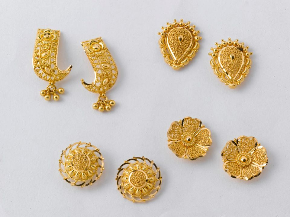 Dazzling Pairs Of Earrings From The Gold Factory Prices Left To Right A 3 200 Gm Rs 10 900 B 2 950 040 C 550 8680 D