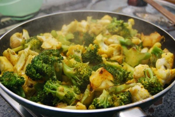 Zum Abendessen hat Ines dann nochmals aufgekocht und diese wunderbare Pfanne aus Kichererbsen, Broccoli, Blumenkohl - mit Kurkuma, Ingwer, Kreuzkümmel und Chilipulver gezaubert.