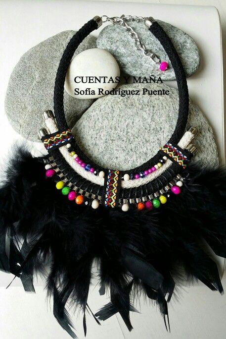Collar estilo étnico, con plumas, cordón y cuentas de cristal.  Cuentas y maña