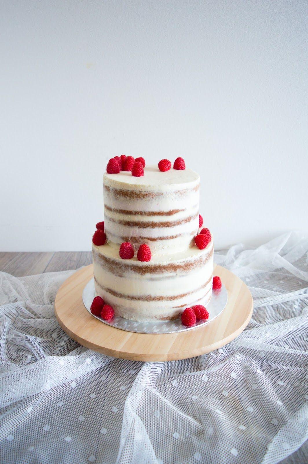 Dvoupatrový mandlový dort s Amarettem a malinovým krémem s likérem Crème de Cassis/Almond and Amaretto wedding cake with raspberry and Crème de Cassis filling
