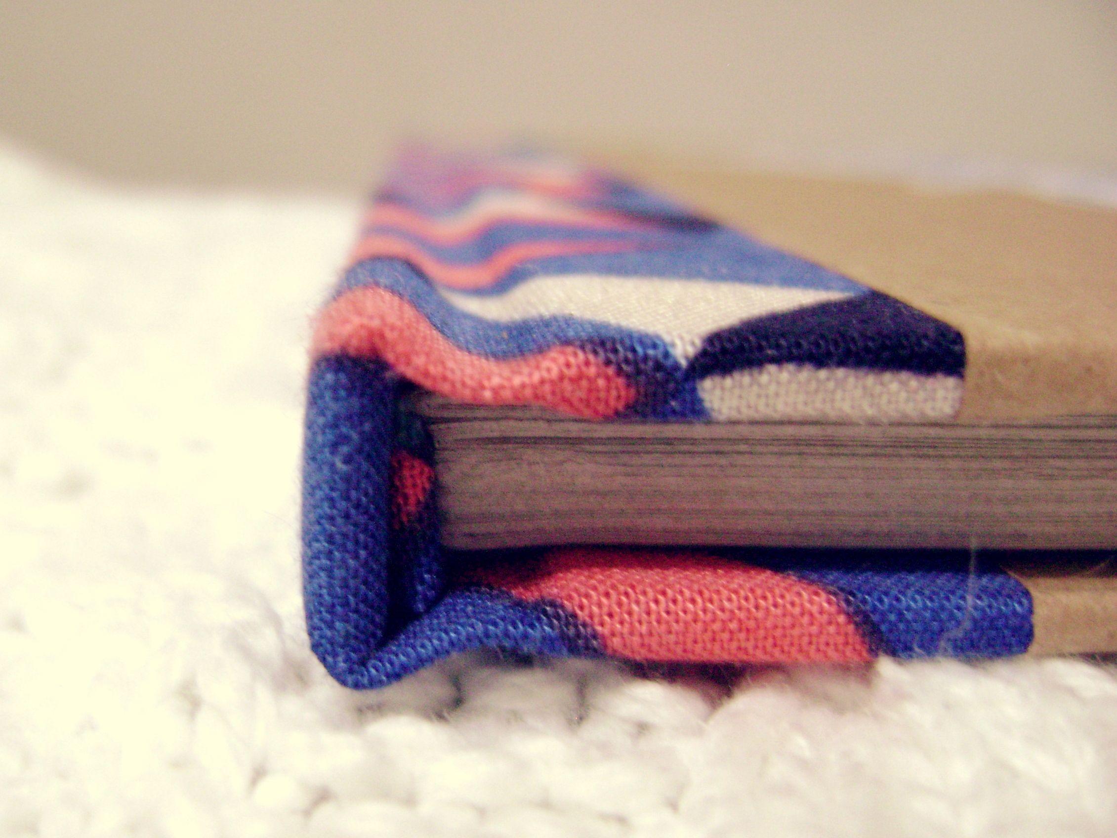 Cuaderno, encuadernación tradicional + serigrafía, tamaño A5, 50 hojas recicladas.