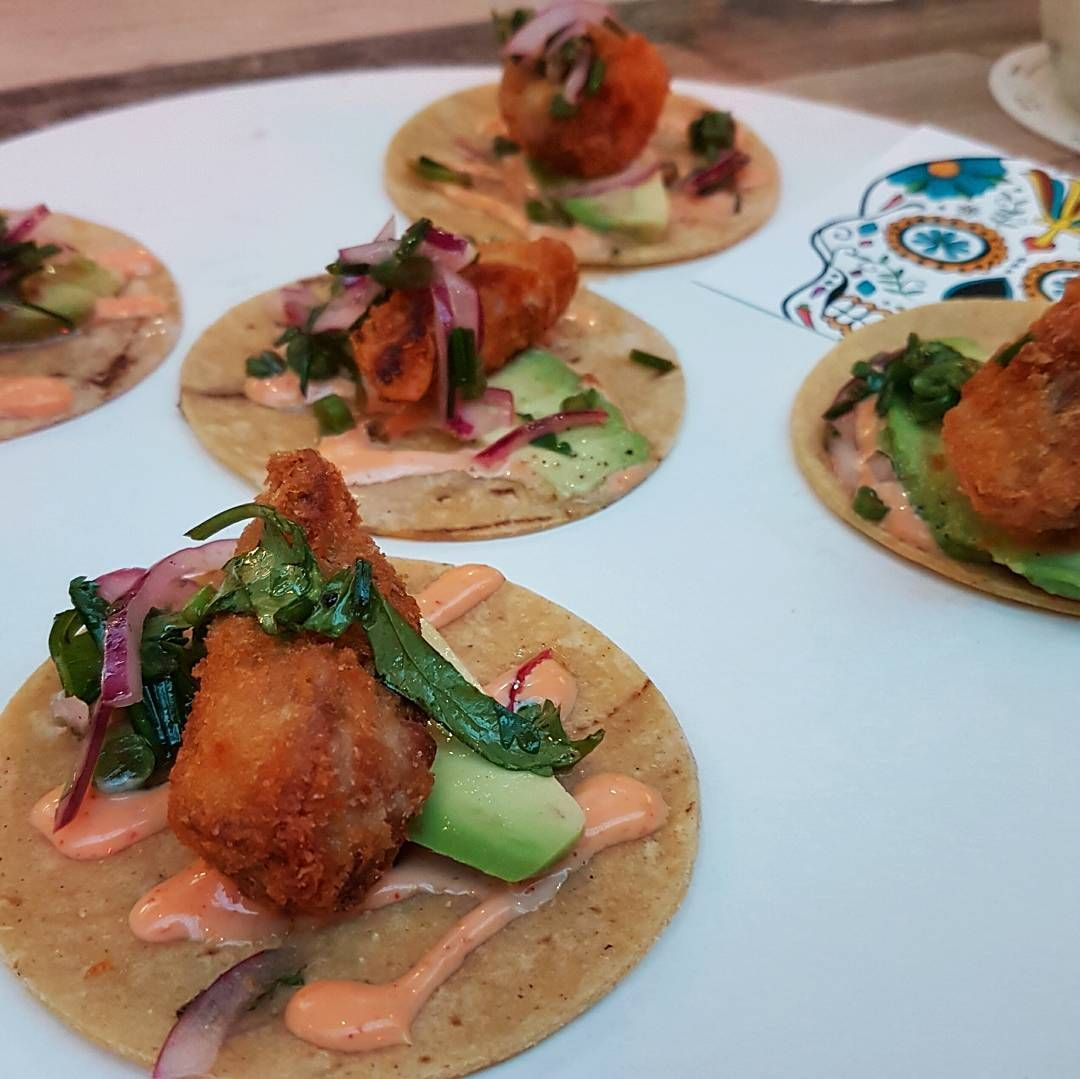Gisteren bezochten wij de foodhallen om alle nieuwe foodspots te testen. Taqueria Lima West is daar één van en die  serveerde ons deze delicious soft-shell taco's. #foodhallen #Amsterdam #AmsterdamWest #CityguysNL #tacos #taqueria #food  #TaqueriaLimaWest #Mexican