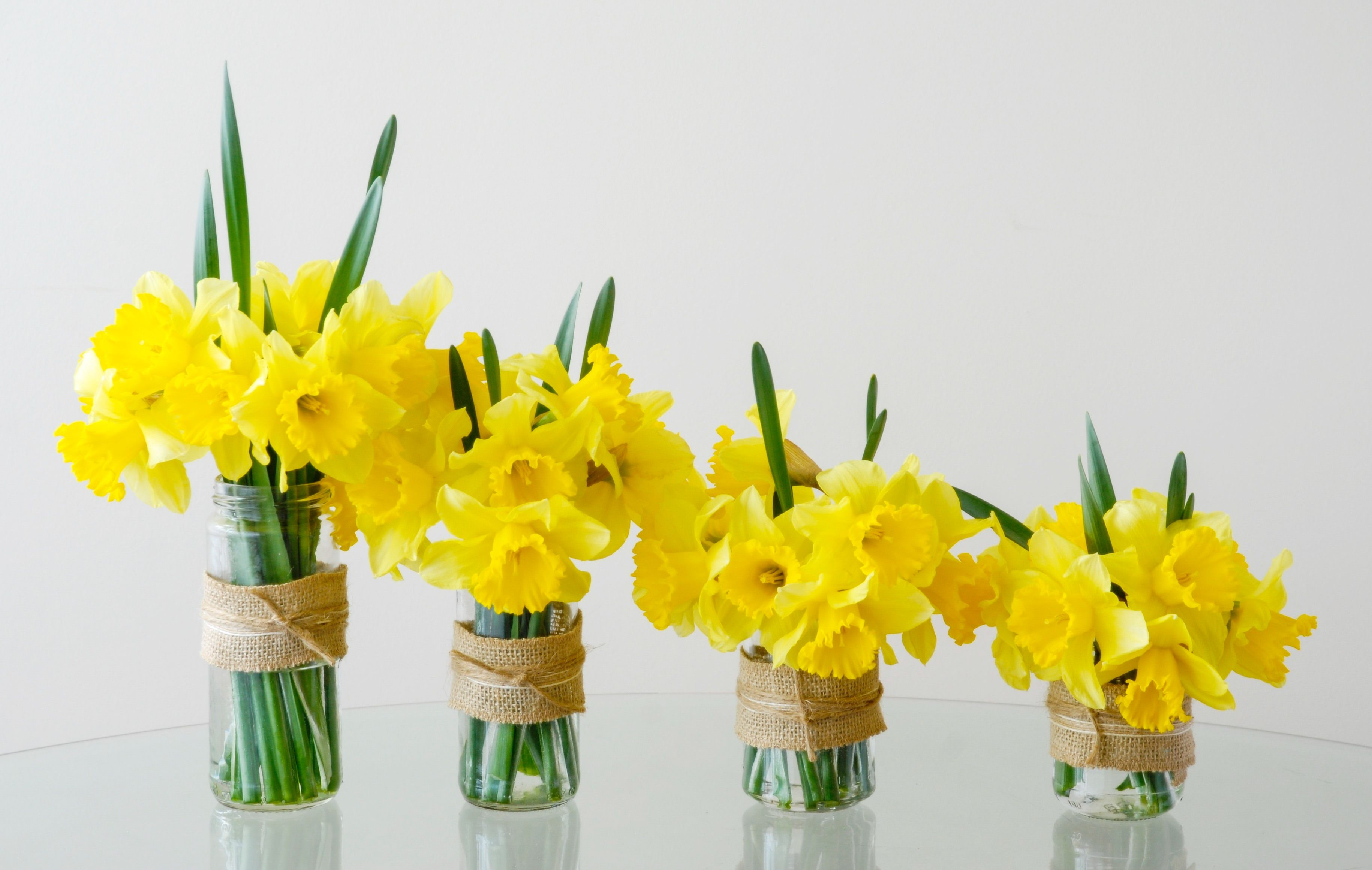 Simple centerpieces with daffodils my flower arrangements