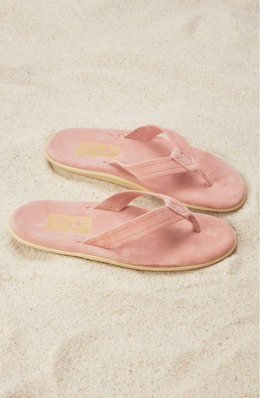 In love with these essential pink flip flops.
