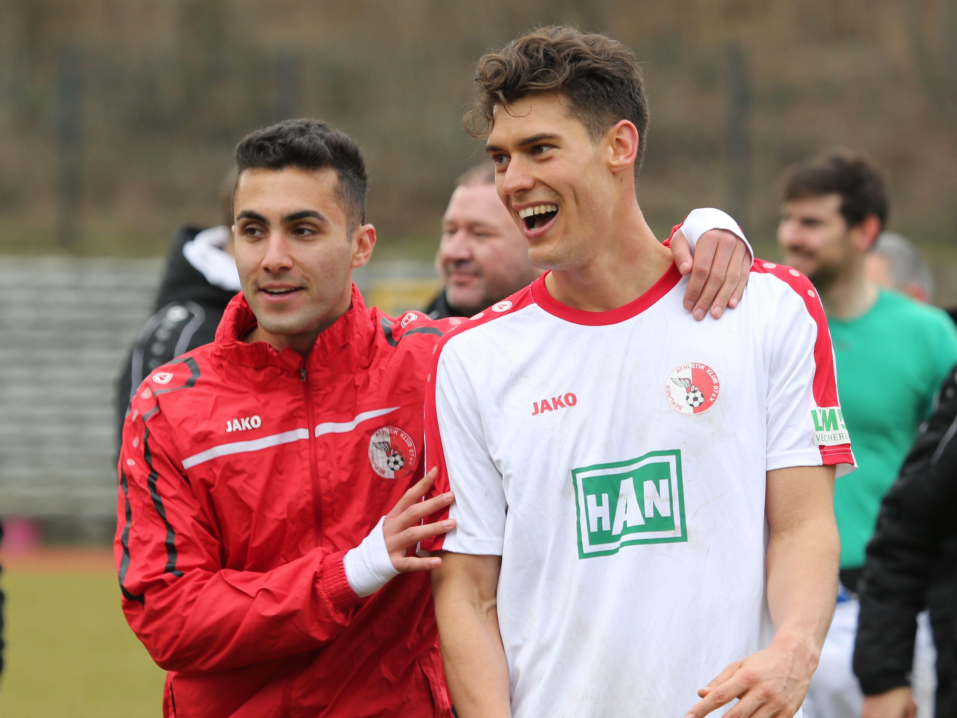 #Kaan #Gül (links) &Torschütze zum 3:0 #Miroslav #Slavov freuen sich über den wichtigen Sieg.